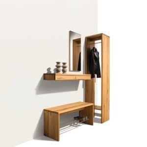 Dielenmöbel Cubus in Kernbuche mit Bank und verdeckter Garderobe.