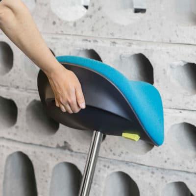 Mit dem praktischen Griff lässt sich die Stehhilfe Motion leicht hin und her tragen.