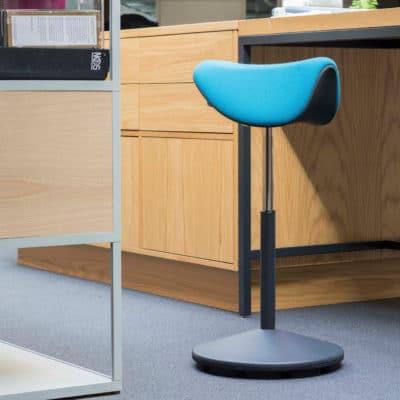 Der ergonomische Sitz-Steh-Stuhl Motion ist drehbar und beweglich.