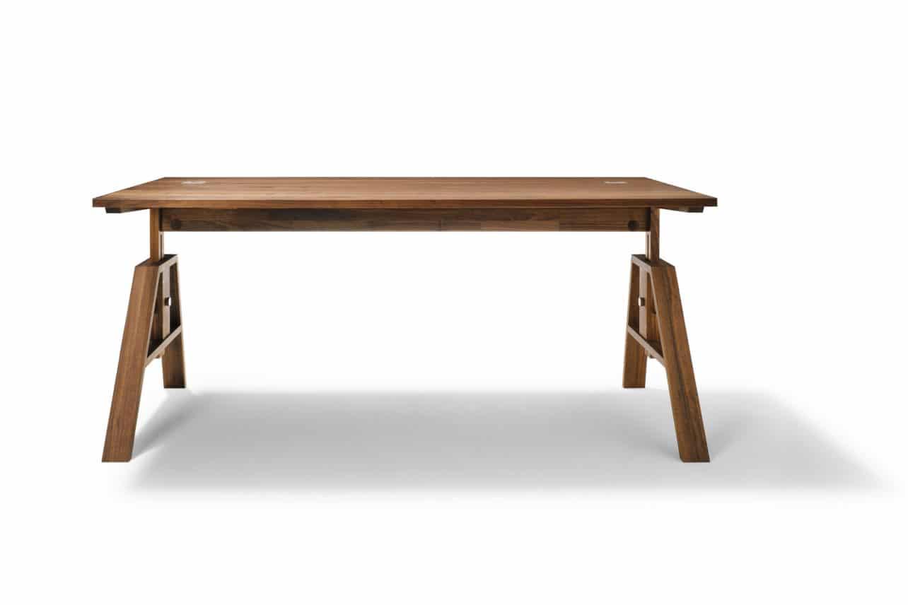 Höhenverstellbarer Schreibtisch Atelier in Nussbaum.